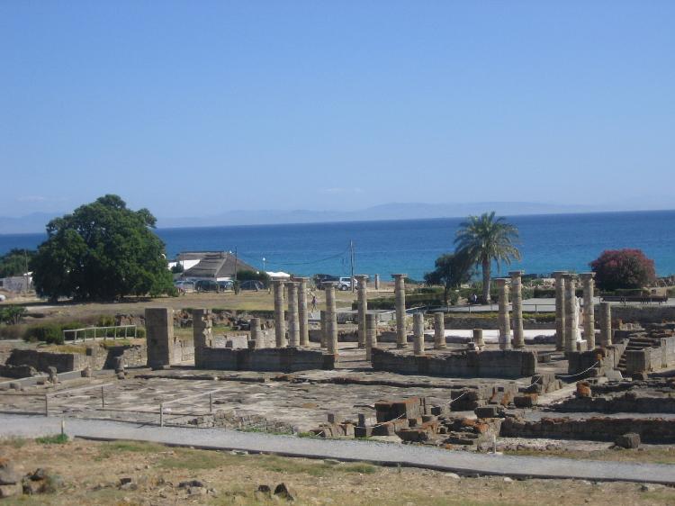 Ciudad romana de Baelo Claudia y al fondo playa de Bolonia. Visitar Cádiz