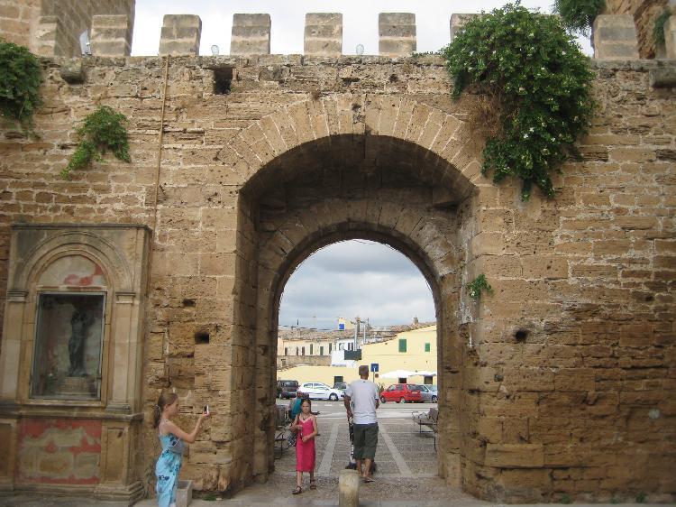 Puerta fortificada en las murallas medievales en Alcudia