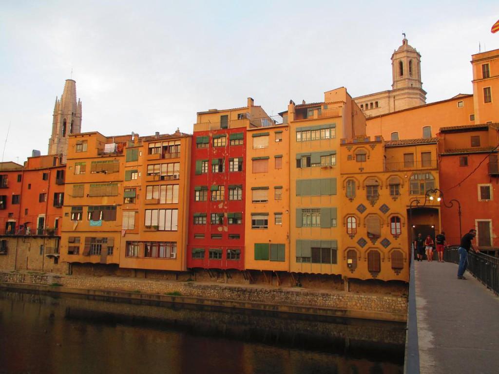 Casas sobre el río Oñar. Pueblos medievales Girona