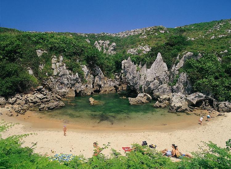 Playa de Gulpiyuri. Foto vía Ayuntamiento de Llanes