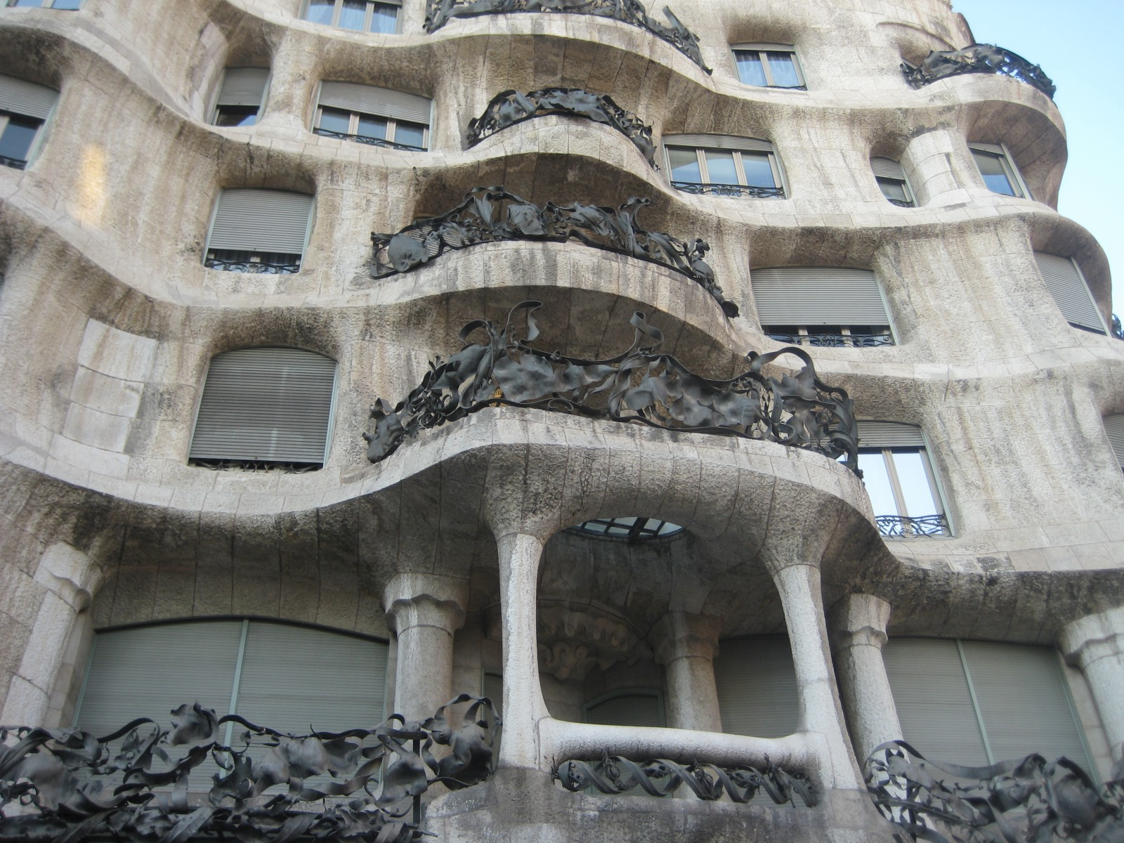 Casa mil la pedrera en barcelona donde viajamos - La casa de las lamparas barcelona ...