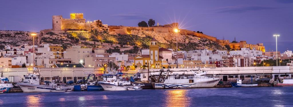 Alcazaba desde el puerto pesquero. Foto vía Oficina de Turismo de Almería