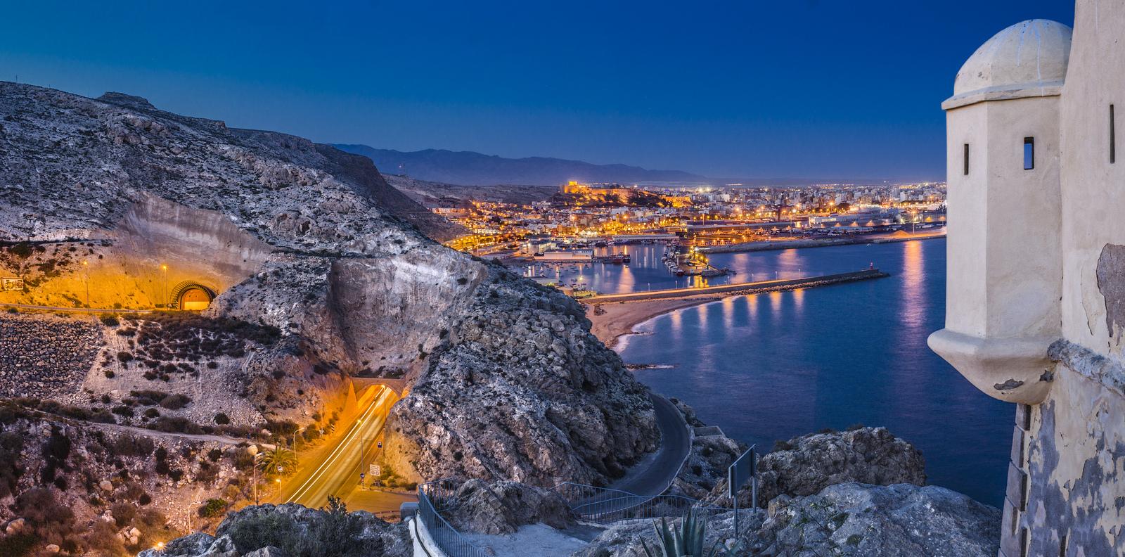 Entrada a Almeria desde el Faro de San Telmo. Fotos vía oficina de Turismo de Almería