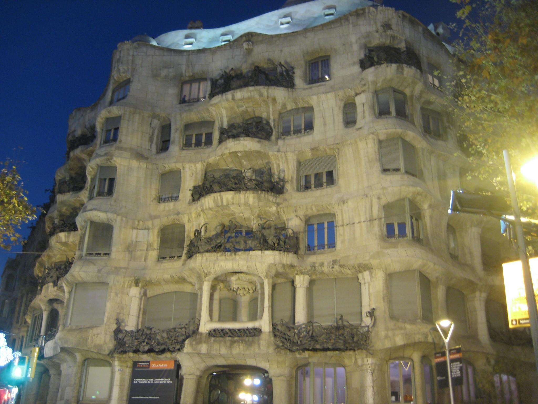 La casa mil visitar barcelona - La casa de las lamparas barcelona ...